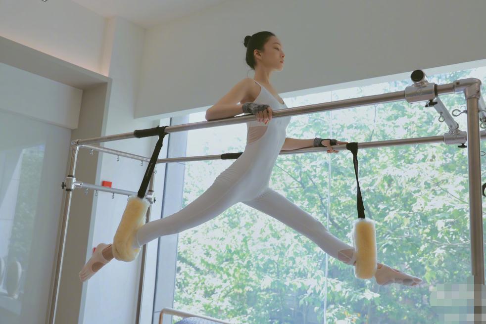 39岁张韶涵穿连体健身服运动,空中大劈一字马,身体扁平像木板