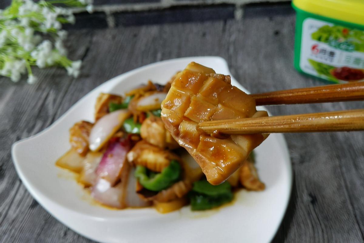 鱿鱼别再烤着吃了,用酱炒一炒,热量低,不长肉