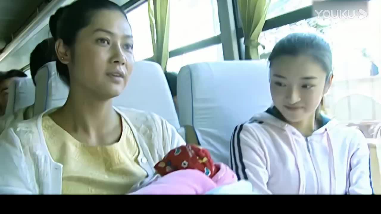 客车上大妈和美女聊天,结果一听她是缉毒警察赶紧抱着孩子下车
