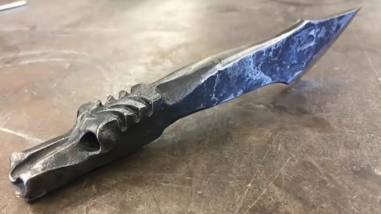 难以置信的锻造技术!大神锻造了一把别致的龙头雕刻刀