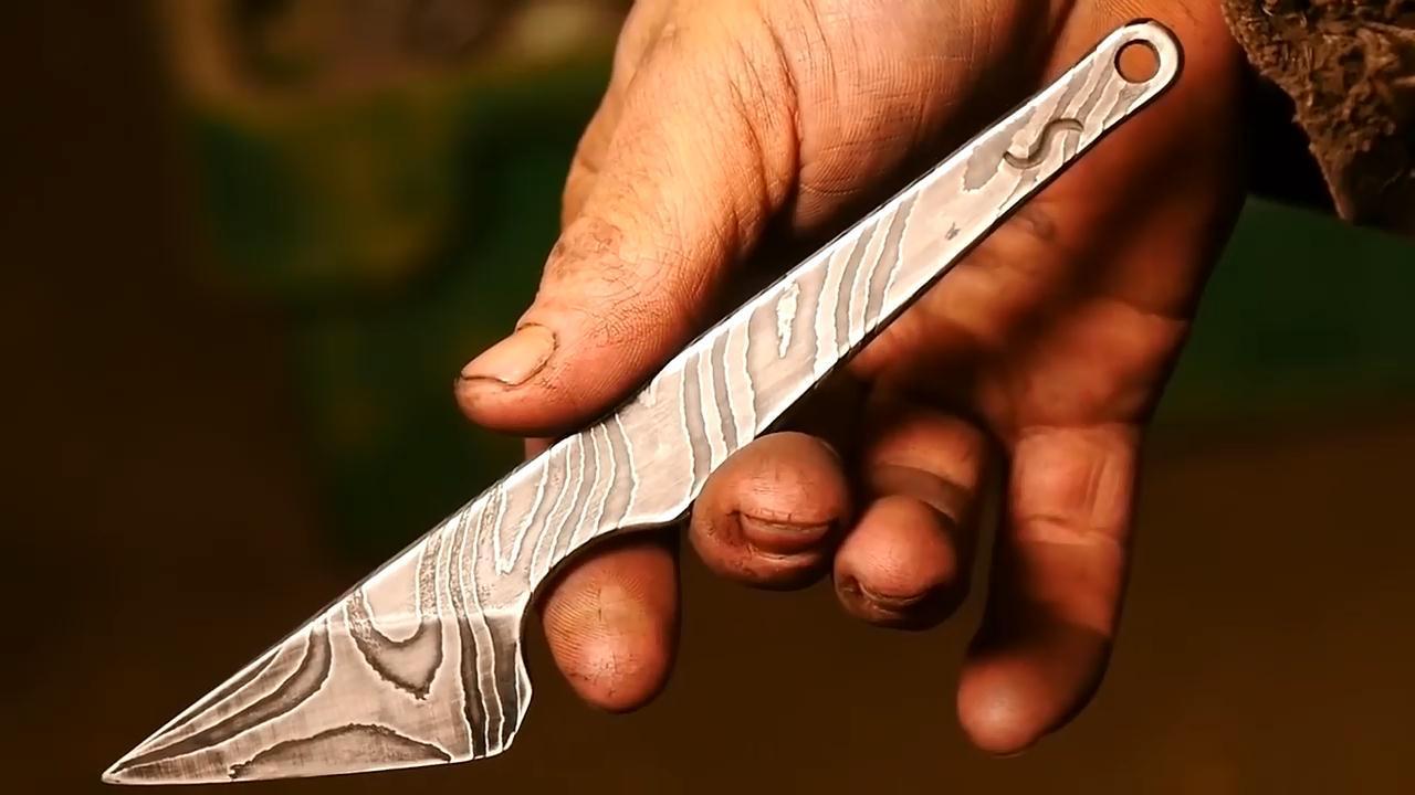 用9层金属手工锻造大马士革雕刻刀,好帅的纹理!