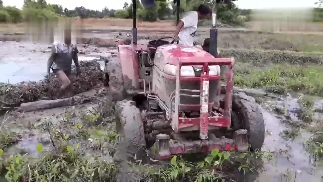 拖拉机耕地陷泥坑,司机快崩溃了!这可怎么办?