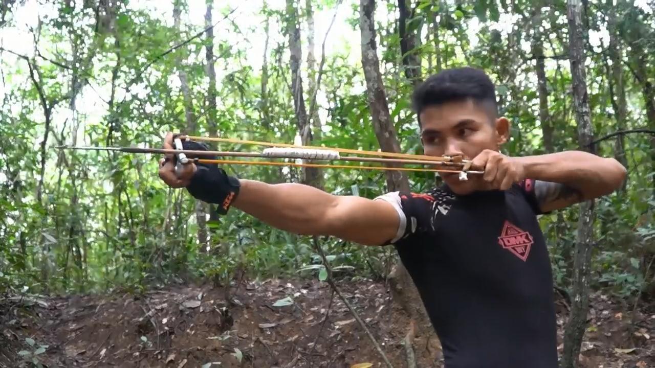 用钳子制作可以射箭的弹弓,工艺简单粗暴