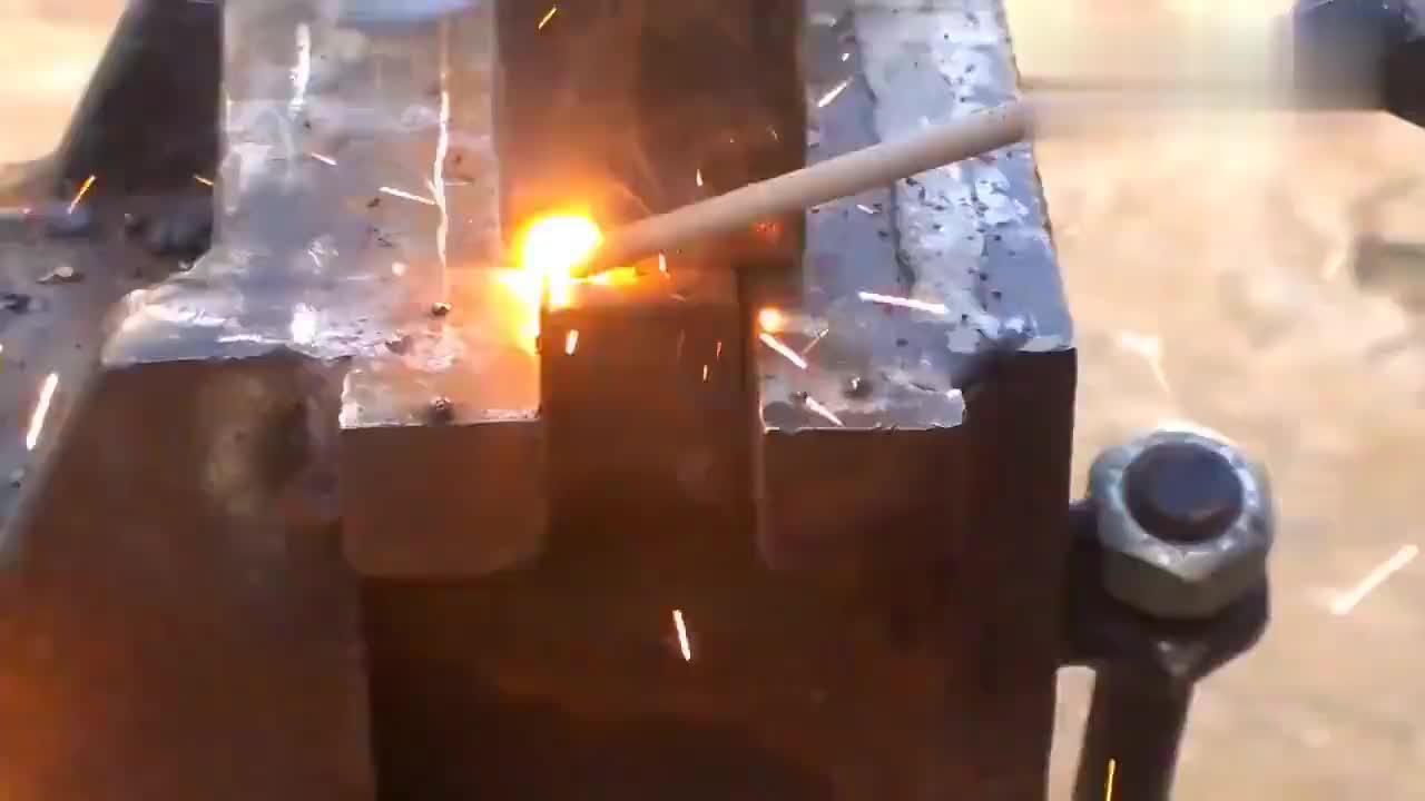 小伙将膨胀螺栓与螺栓焊在一起,原来还有这个功能,佩服!