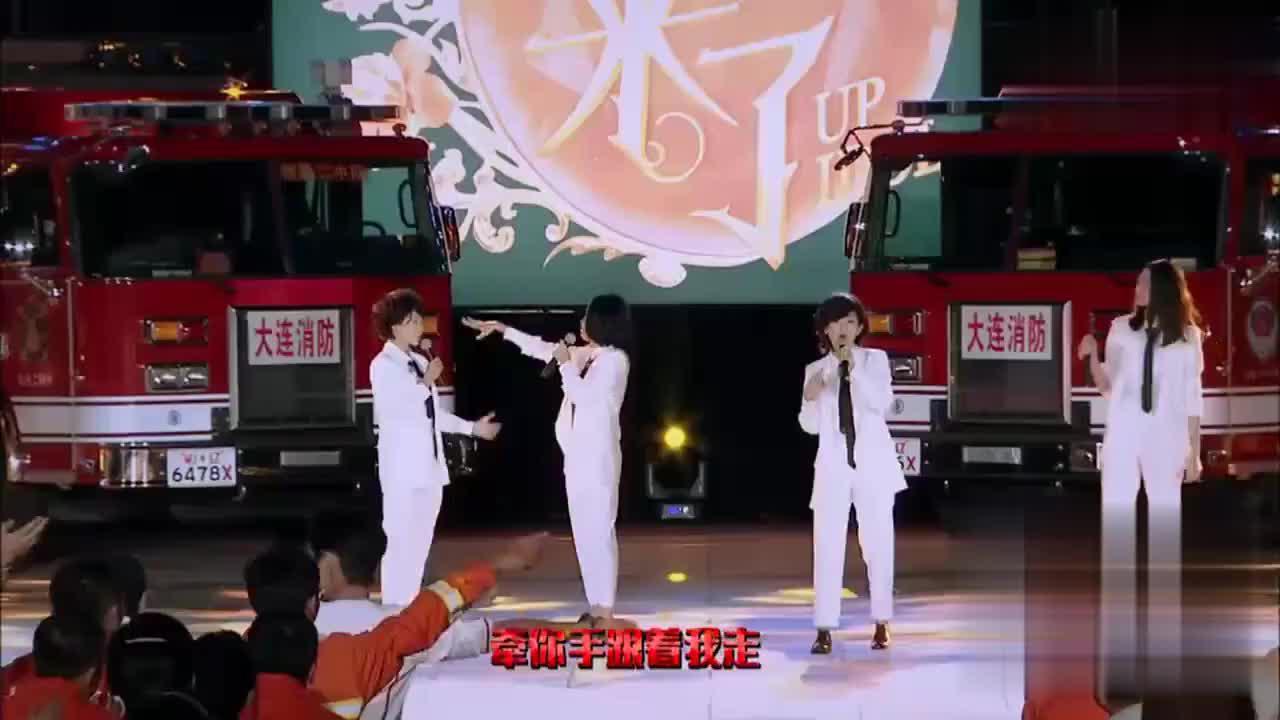 谢娜陈乔恩现场反串男装模仿f4唱《流行花园》一出场,全场笑趴了