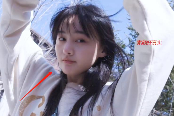 28岁郑爽出门晒太阳,阳光直照不化妆的脸,确定是素颜?