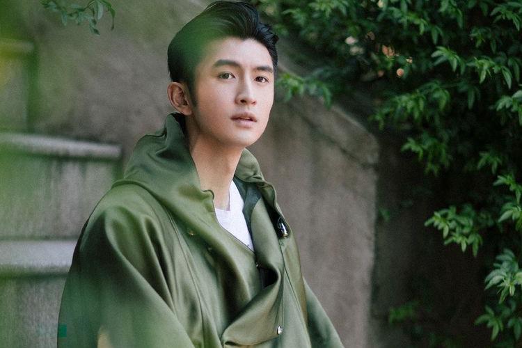 造型师太给力,张云龙个性军绿色外套内搭白T,32岁变清爽少年