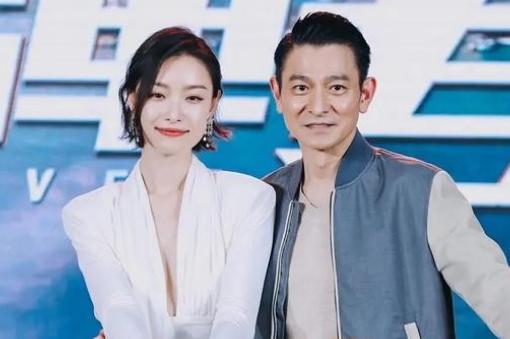 59岁刘德华与倪妮同框,素颜有皱纹仍帅气,看不出近30年龄差