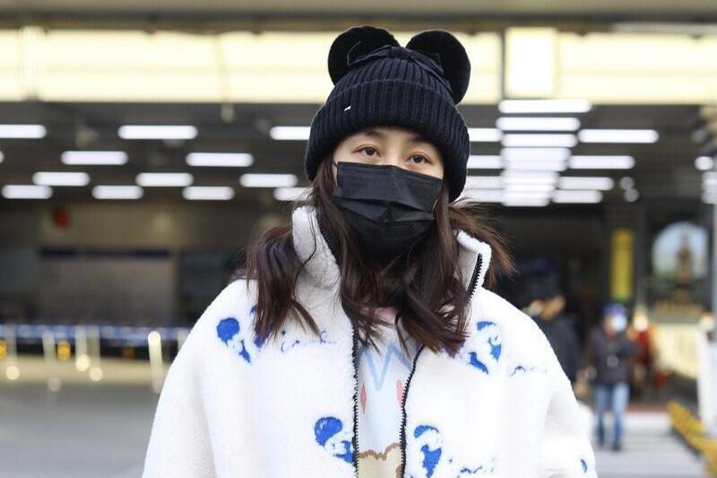马苏这回认真过冬,穿颗粒绒外套+毛衣走机场,再戴毛线帽来保暖