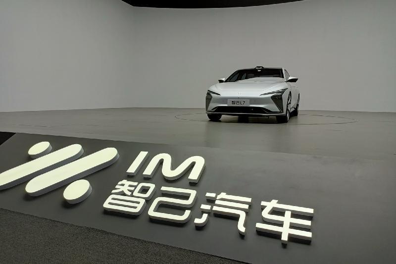 高端电动车市场再添新贵-智己L7,无线充电让智电汽车充电更快捷