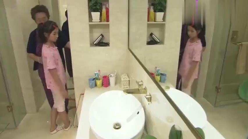 姥姥教农村女孩冲厕所,没想到女孩问了句:肥为啥不留着种地