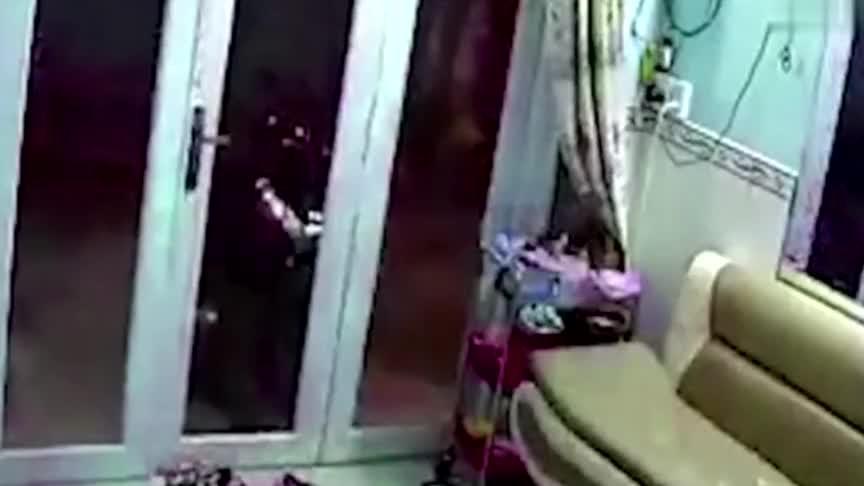 少妇躺沙发上午休,陌生男子偷偷潜入,下一秒太荒唐了!