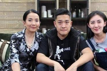 公公是张丰毅,婆婆是吕丽萍,出道五年一直不红,被靳东意外带火