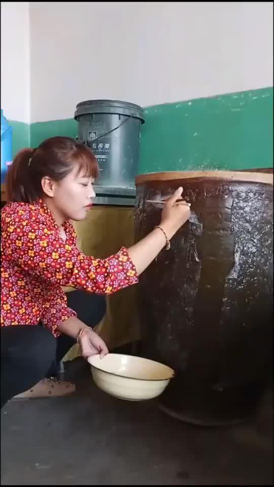 山西凉粉,直接在石缸表面做,一点不讲究卫生!
