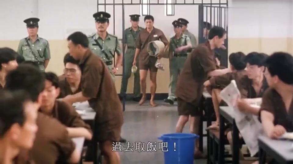 监狱风云2:发哥遭小人陷害,刚进食堂就被打,真是太惨了