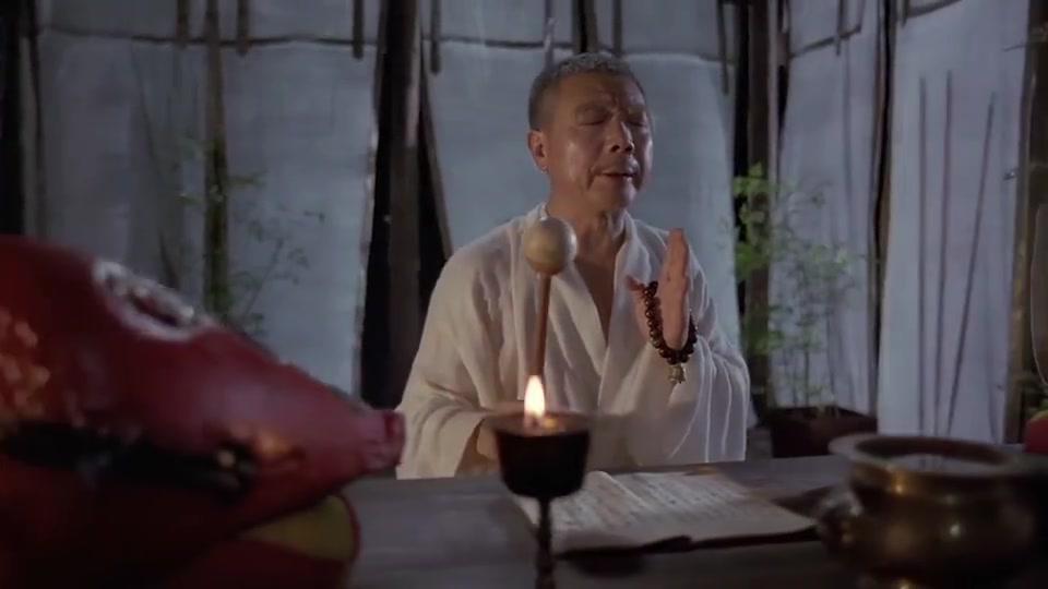 和尚在一旁敲木鱼,道士却被吵着睡不着觉,连灯芯都挡不住