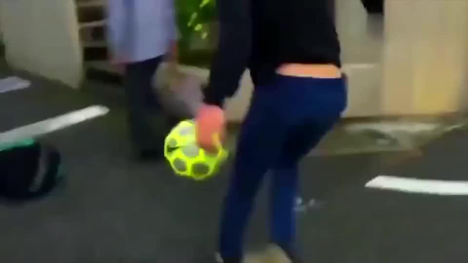 足球水平这么强高中女生的球技看了让我都脸红了!