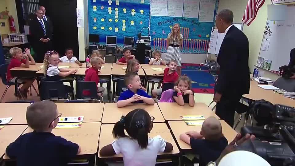 奥巴马总统在Tinker小学与黑人小朋友亲切握手,网友:太绅士了