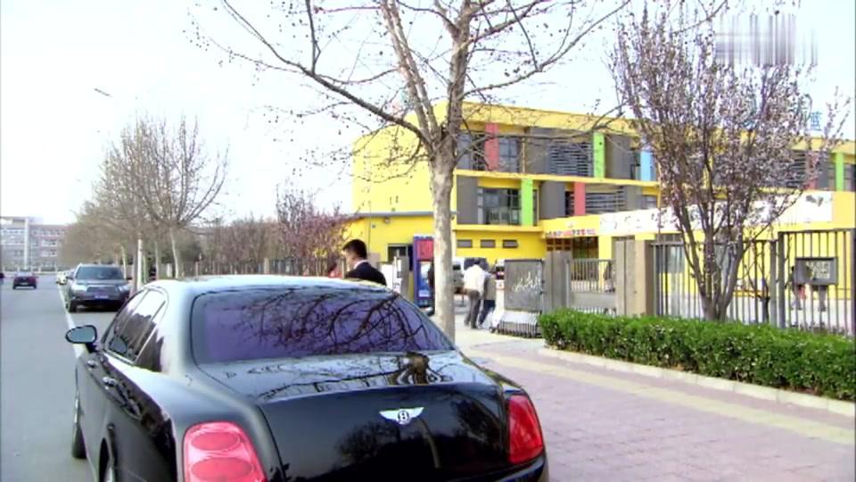 童童归厉仲谋抚养,吴桐却放心不下,追着车后面看着童童!