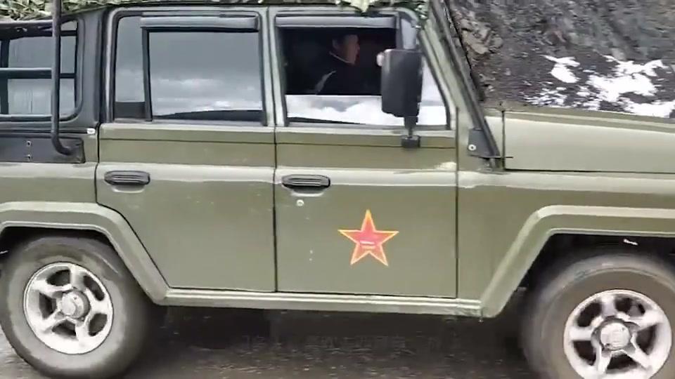 川藏线的司机,为何总要点根烟扔出窗外?藏民:扔烟的都是聪明人