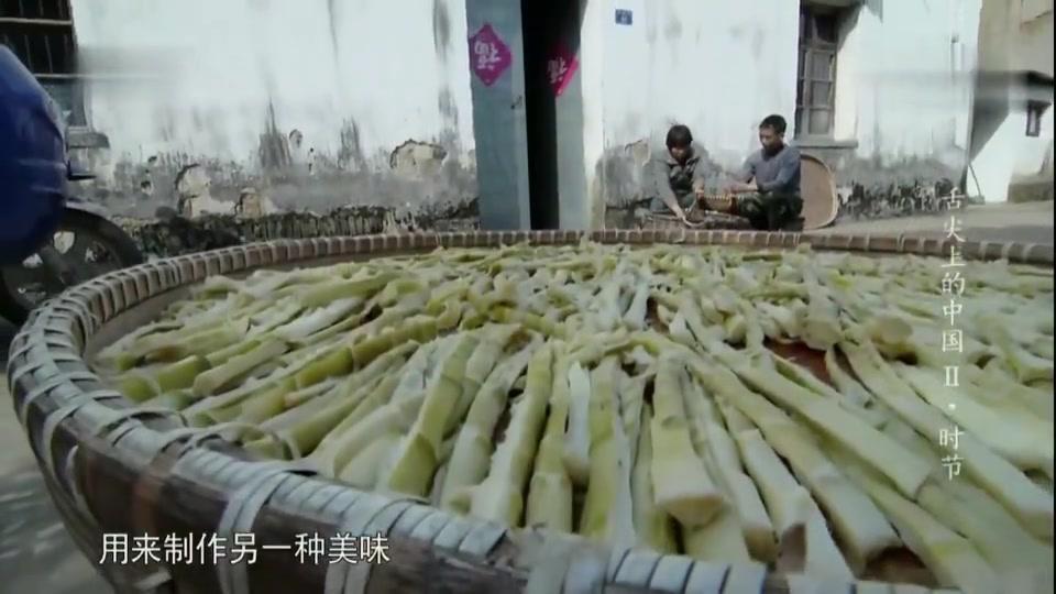 用香料熬煮入味,在用炭火的热力将水分蒸发,竹笋也能变零食