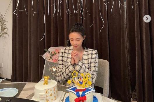 潘玮柏小13岁娇妻庆生,超大捧玫瑰太吸睛,酒店庆祝老公未现身