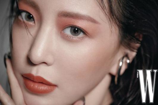 韩女星韩艺瑟最新杂志写真眼神魅惑撩人