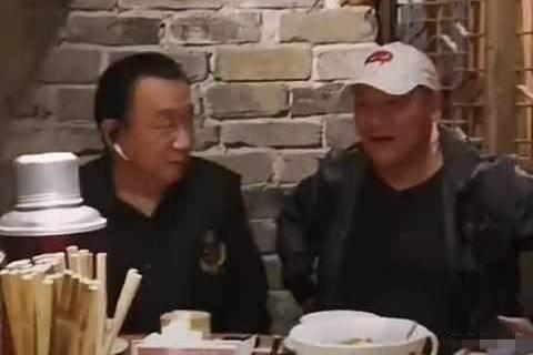 谢东和侯耀华聚餐很亲热,叫对方二哥,网友:比侯耀华更像侯宝林