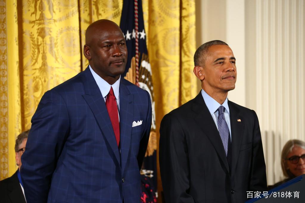 奥巴马84年没钱看乔丹比赛!读哈佛欠12万刀,47岁当总统为MJ颁奖