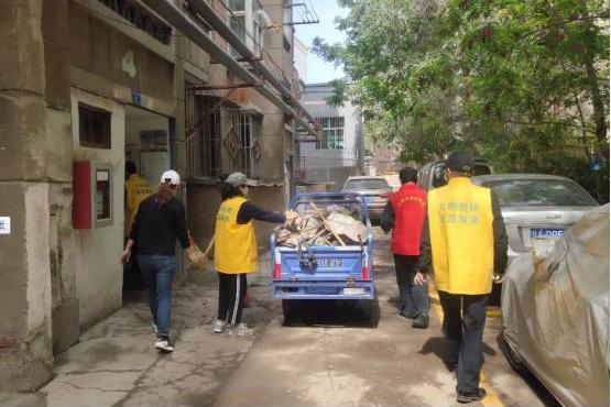 """七里河区西湖街道:红色管家志愿同行 整治""""三不管""""楼院环境"""