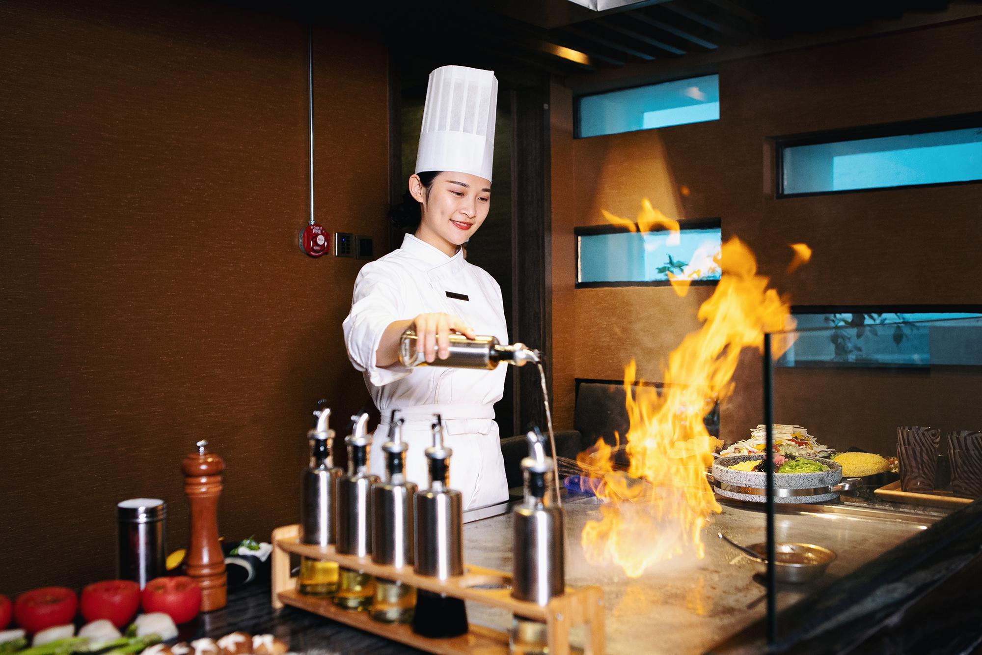 一个三亚颜值最美的美厨娘,打理着这家酒店的铁板烧,手艺极好