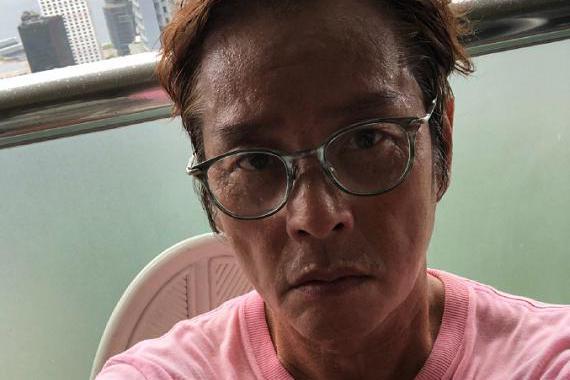 70岁谭咏麟暴瘦认不出,脸颊凹陷显沧桑,曾婚内与小22岁粉丝生子