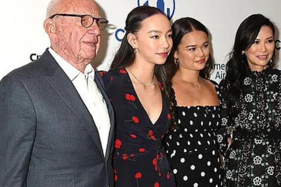 邓文迪与89岁前夫共赴晚宴,识大体站女儿身边,不屑蹭默多克热度