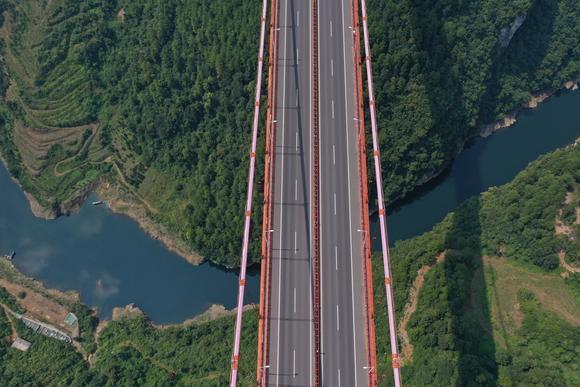 贵州乌江有座奇特铁索桥,285米长却没有桥墩,你敢开车上桥吗?