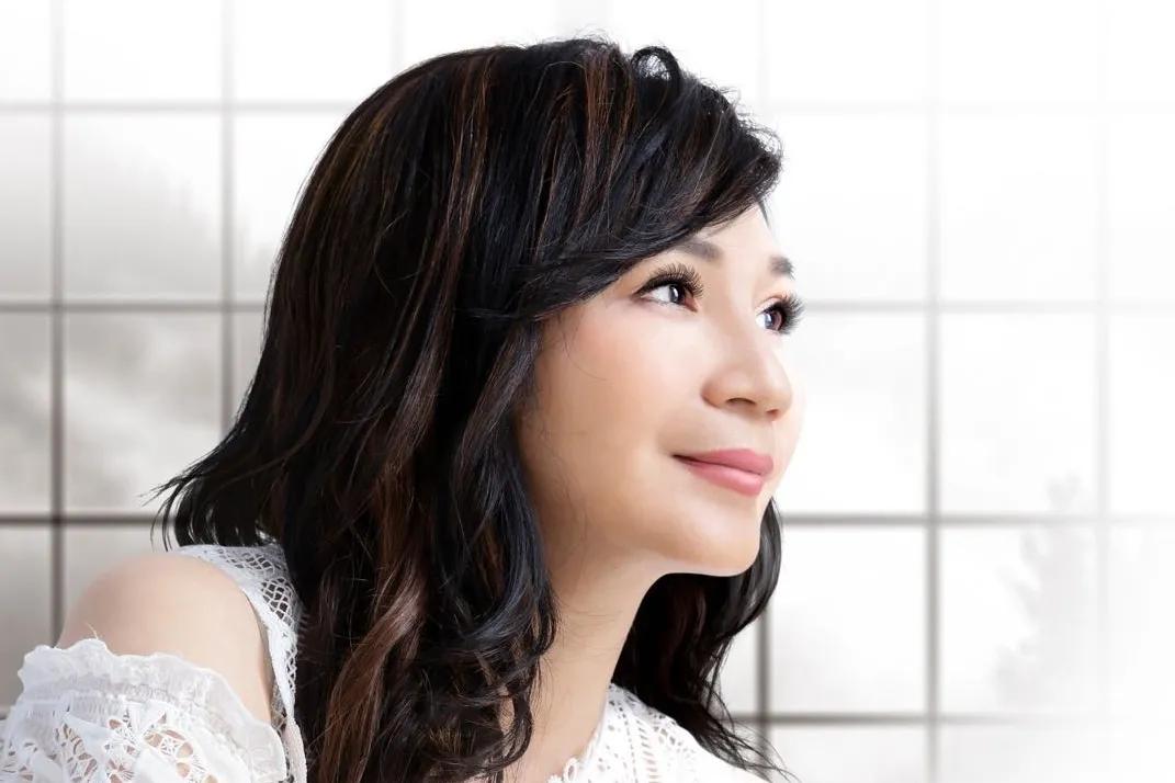 台湾美声歌后小百合周月绮出新作,《白蔷薇》圣洁无暇耳目一新