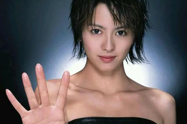 张柏芝刚出道时发专辑,冲销量操作奇葩,导致梁咏琪很尴尬