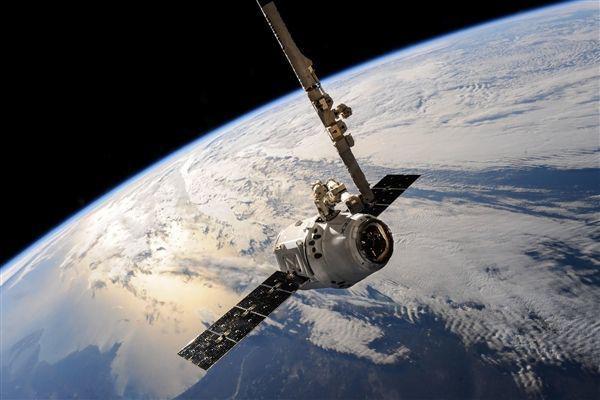 大气层中有个温度1000℃的热层,航天器飞到此处为何没烧坏?
