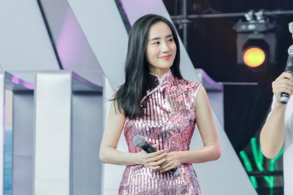 王智惊喜现身青春芒果节 穿一剪梅旗袍跳《无价之姐》