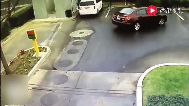 国外洗车美女看到轿车驶来,赶紧挥手招呼,下一幕尴尬了!