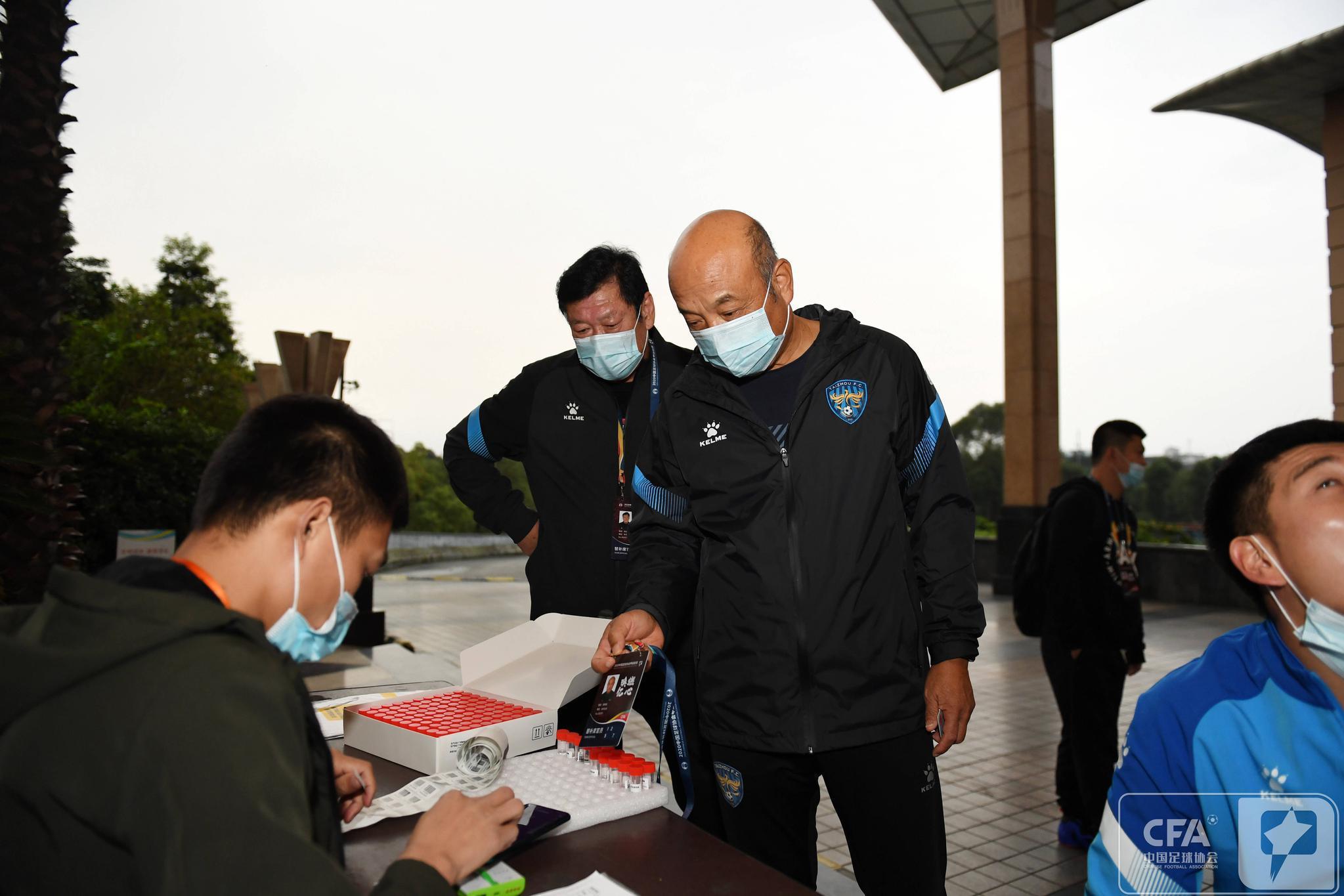 泰州远大足球俱乐部抵达成都赛区,泰州远大备战冲超组比赛