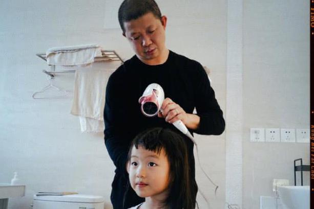 姚晨给女儿剪狗啃刘海,曹郁为爱女吹头发表情抢镜,茉莉超像妈妈