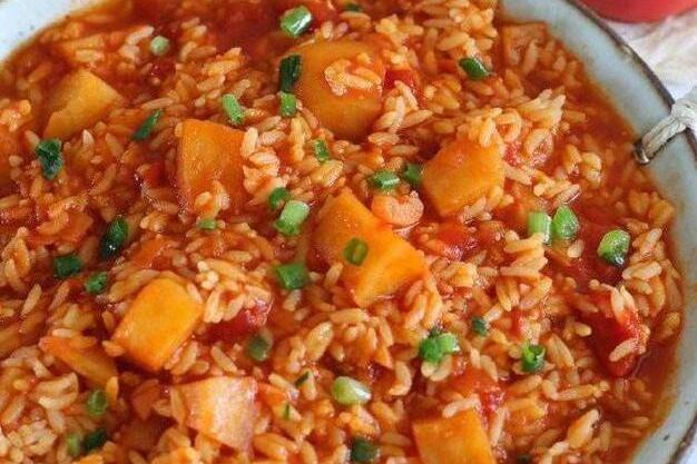 别把剩下的米炒了,试试番茄土豆炖米饭