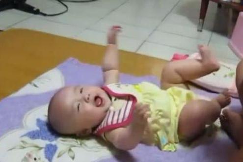 宝宝啃自己的小脚丫,爸爸把脚伸过去,宝宝1个反应萌翻了