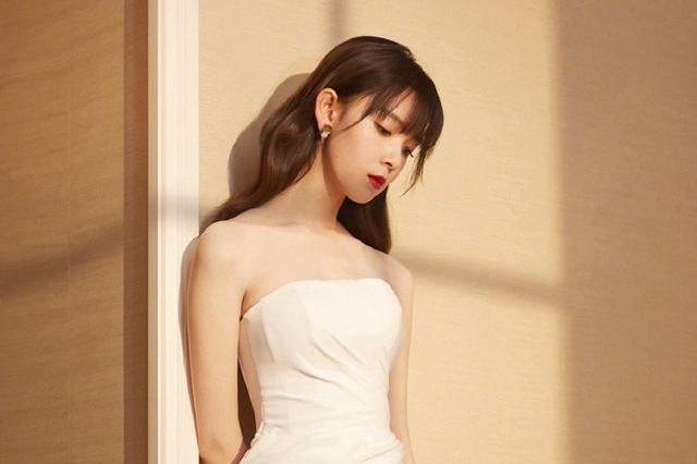 她连演3部《无心法师》,今穿白衬衫配拼接百褶裙,职场丽人范