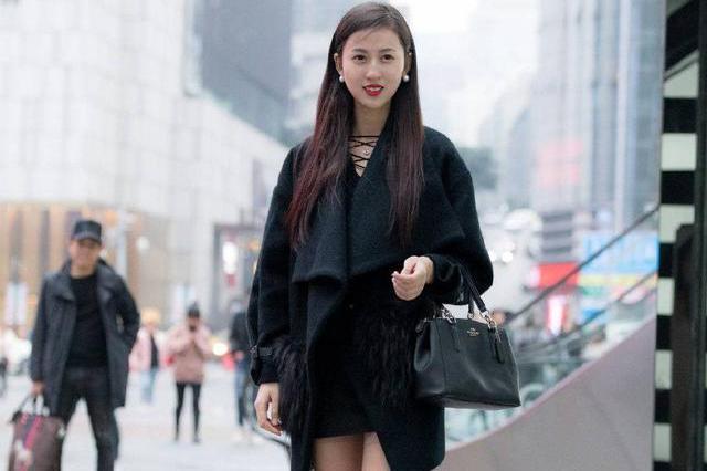 黑色的过膝棉袜和高跟鞋穿搭在一起,带给我们一种过膝靴的美感