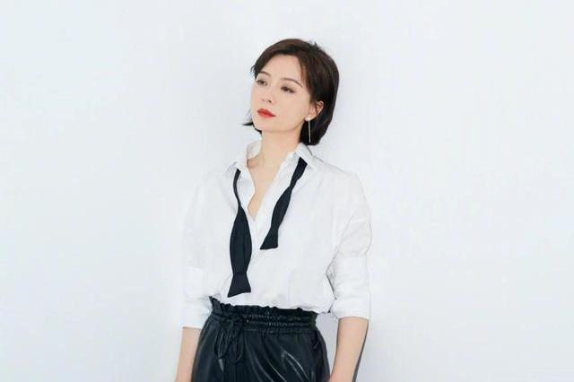 陈数又晒新穿搭,经典黑白色单品突显气场,轻松打造高级气质感