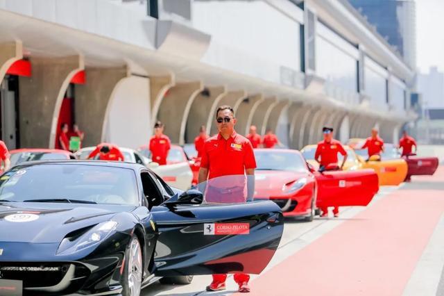 假装成法拉利F8车主,如何在赛道驾驭这台720匹中置后驱神兽?