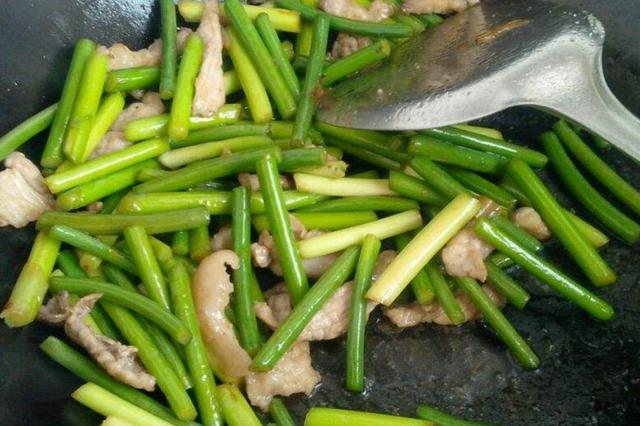 这个菜4块钱一斤,和五花肉炒最香了,解馋下饭,家人常吃不感冒