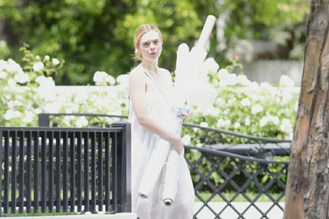 小仙女艾丽范宁外出,一袭白裙美爆了,网友:真正的白到发光