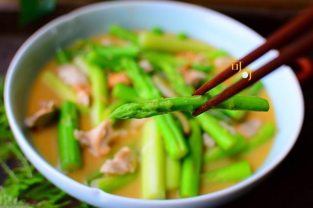 秋天,最爱这碗金黄碧绿的金汤芦笋,原来做起来这么简单